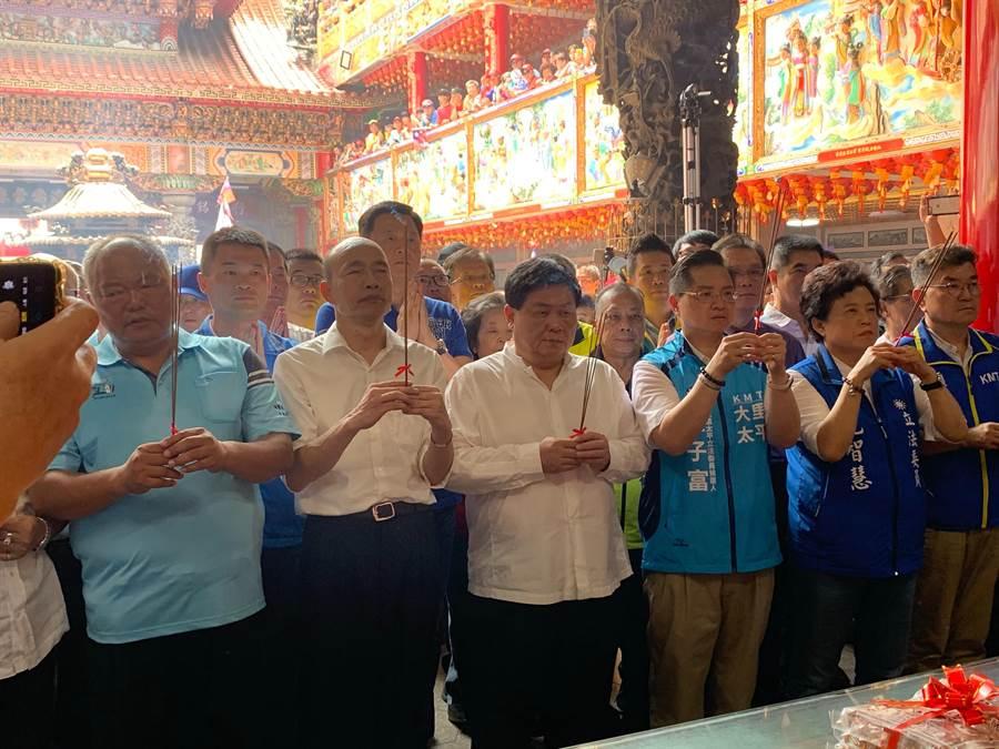 國民黨提名總統參選人韓國瑜(左二)參拜大里區福興宮。(林欣儀攝)