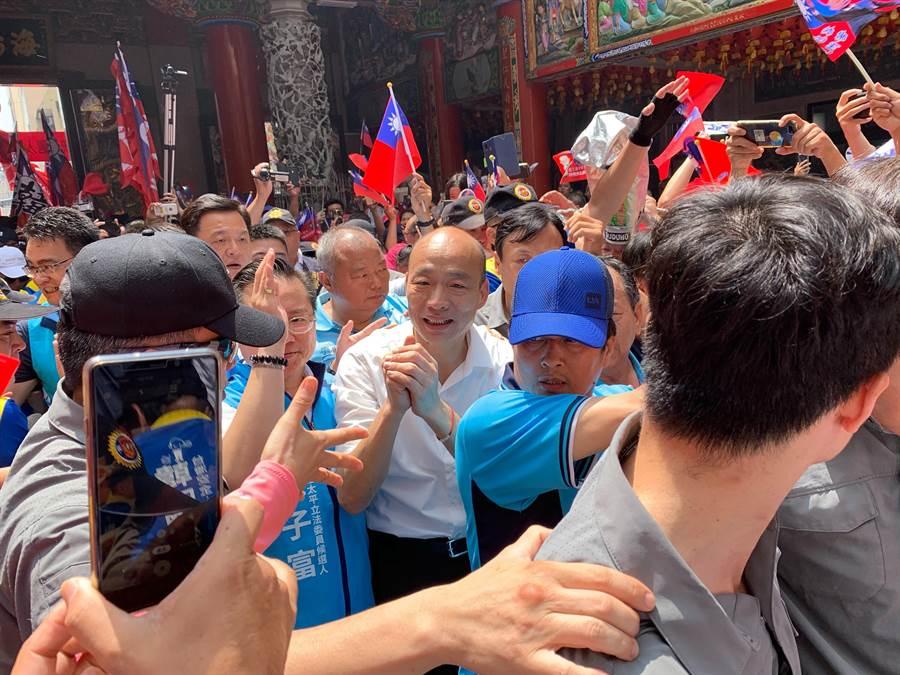 韓國瑜參拜大里區福興宮,現場韓粉擠爆。(林欣儀攝)