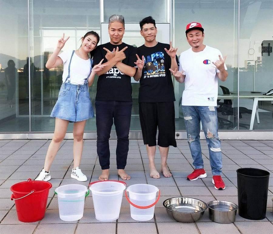郭亞棠(左起)、阿甘、小路、紅毛遊戲輸的一方要接受潑水。(民視提供)