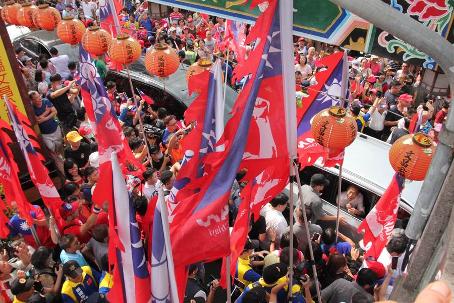 國民黨總統參選人韓國瑜拜廟行程,車隊在文昌廟前被熱情的支持者擁簇包圍。(資料照/陳淑芬攝)