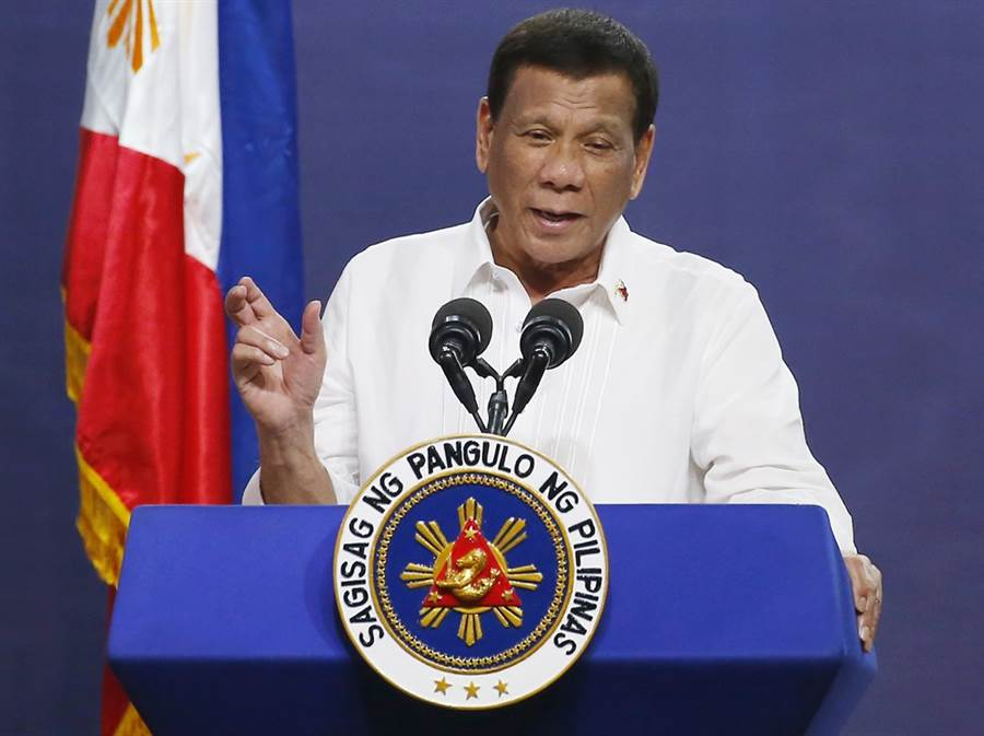 菲律賓總統杜特蒂12日又語出驚人,在公開場合中鼓勵民眾開槍射貪官,還說不用坐牢。(圖/美聯社)