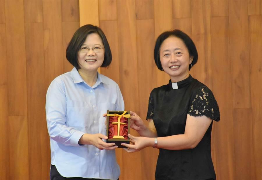 蔡英文總統今14日上午到嘉義市西門教會拜訪,牧師送她十字架。(呂妍庭攝)