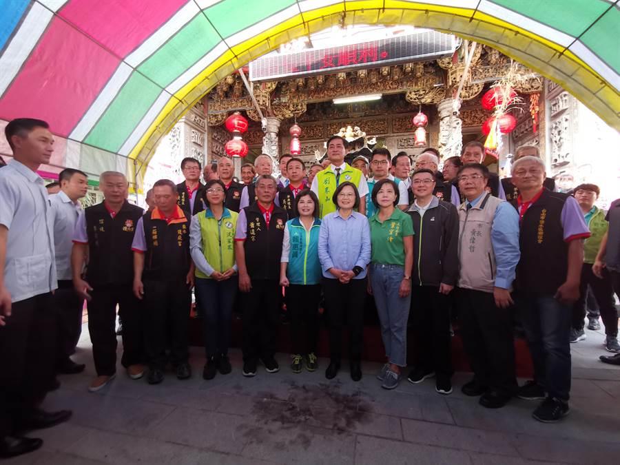 蔡英文總統14日下午前往鹽水區護庇宮上香,籲請鄉親繼續支持,讓她帶領台灣全力發展。(劉秀芬攝)
