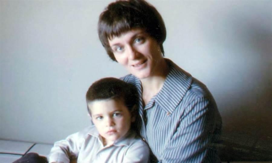 奧茲上傳小時候和母親的合照,希望能以自己的故事,讓大家正視阿茲海默症的早期徵兆。(圖片來源:奧茲醫師 IG:dr_oz )