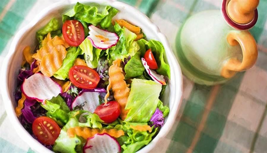 英國最近研究指出,不含奶蛋類的全素飲食,無法提供腦部需要的營養素-膽鹼,增加罹患阿茲海默症的風險。(圖/pixabay)