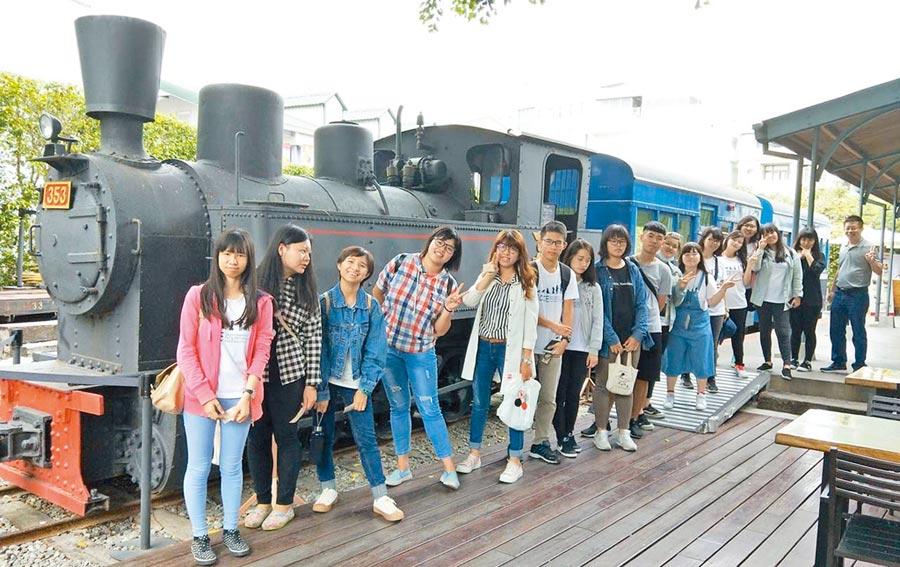 一日農夫旅程,遊客前往旗山小火車站。(翻攝照片/林雅惠高雄傳真)