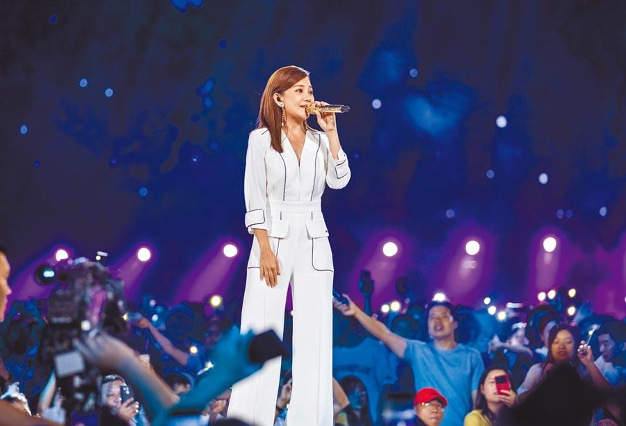 梁靜茹昨日以一襲白色套裝登上央視中秋晚會。(天熹娛樂、CCTV4提供)
