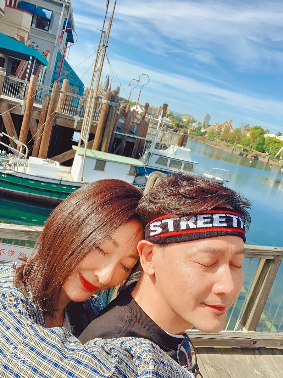 邱心志(右)的女友「小太陽」依偎環抱著他,他私下已稱女友為「媳婦兒」。(邱心志提供)