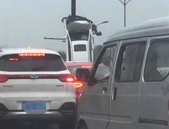 車子豎起來貼在標誌桿 網:如何開上去