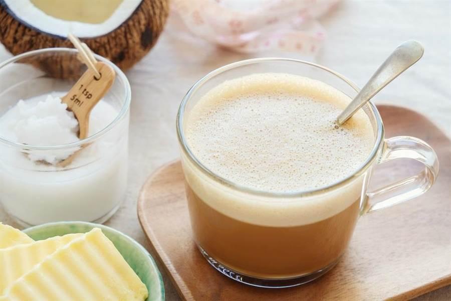 防彈咖啡成為時下民眾最愛的減肥飲品,但不是每個人都適合,就有中年夫婦喝了半年瘦下8公斤,卻因此中風送醫 (示意圖/達志影像shutterstock)