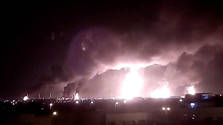 沙烏地阿美石油公司2處石油設施14日遭葉門叛軍無人機攻擊爆炸,沙國隨後宣布暫時關閉近半石油設施,將影響沙國50%原油生產,相當於每日全球5%石油供給量。(圖/路透社)