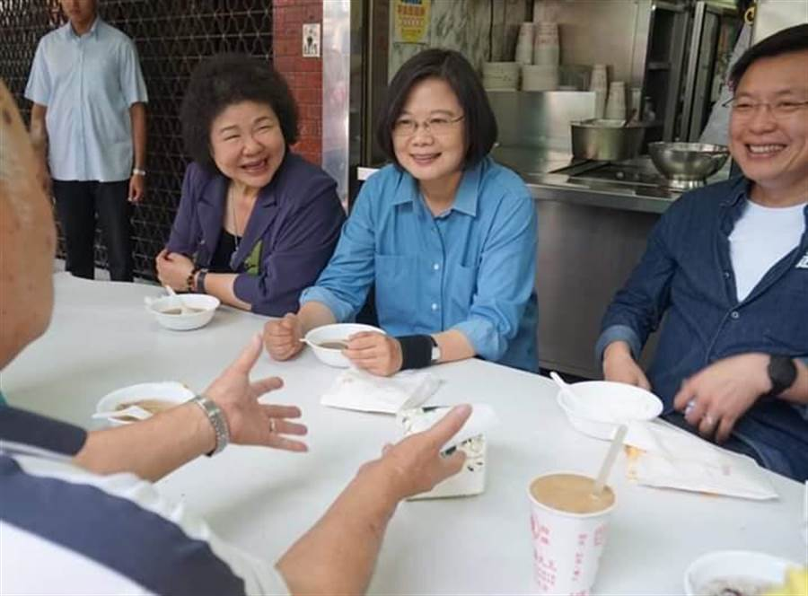 蔡英文總統今天直攻對手韓國瑜所在的高雄市,由前高雄市長、現任府秘書長陳菊陪同搶選票,還抽空吃了紅豆牛奶冰。(取自陳菊臉書)