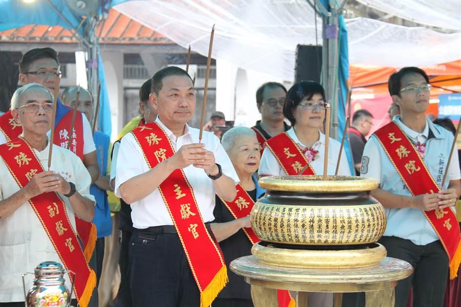 新北市長侯友宜今天上午到行動佛殿上香祈福。(譚宇哲攝)
