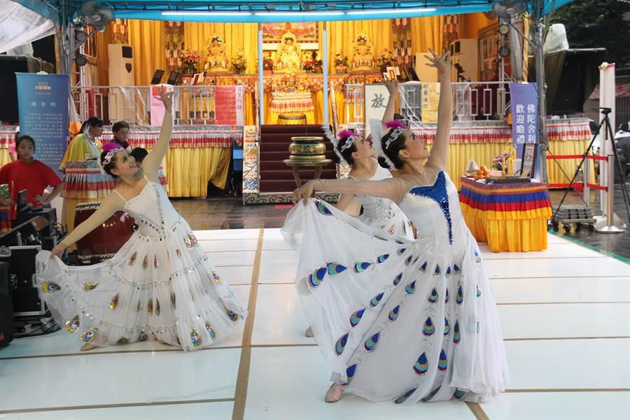 世界佛教正心會行動佛殿今天在新莊地藏庵前廣場舉辦祈福法會。(譚宇哲攝)