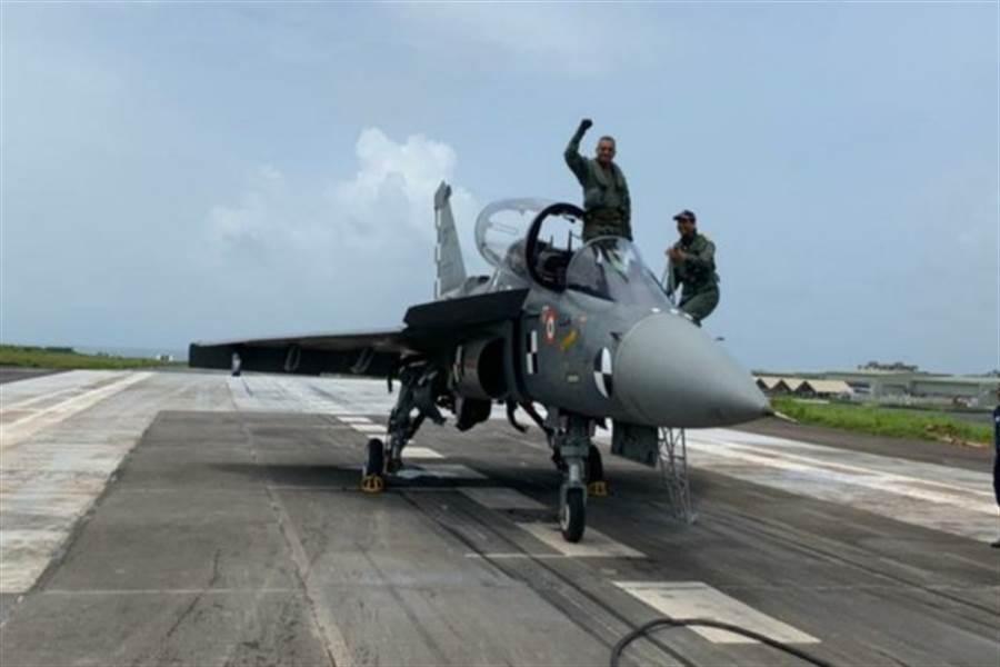 印度海軍光輝戰機,首度完成陸地上的著艦測試。(圖/indiannavy)