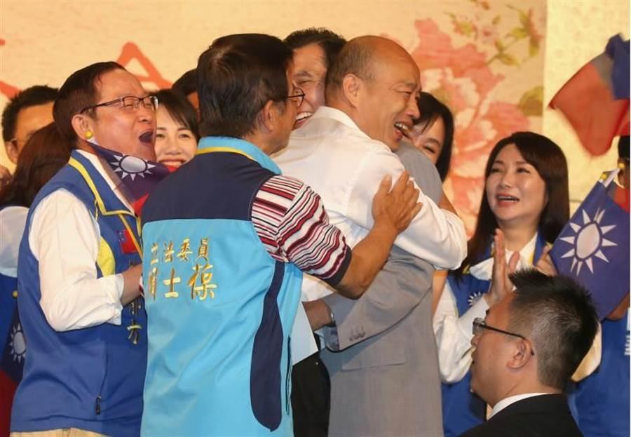 國民黨總統參選人韓國瑜(右)15日出席大陸台商秋節聯誼會,與前總統馬英九(中)握手外,兩人也熱情擁抱。(陳君瑋攝)