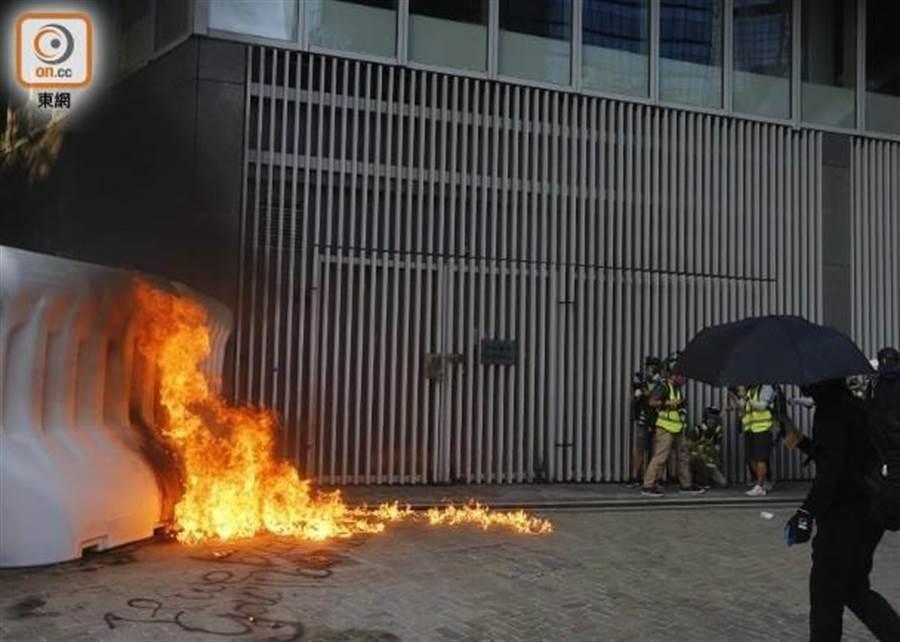 有示威者將汽油彈扔入政總。(摘自東網)