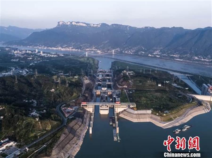 長江三峽雙線五級船閘。(取自中新網)