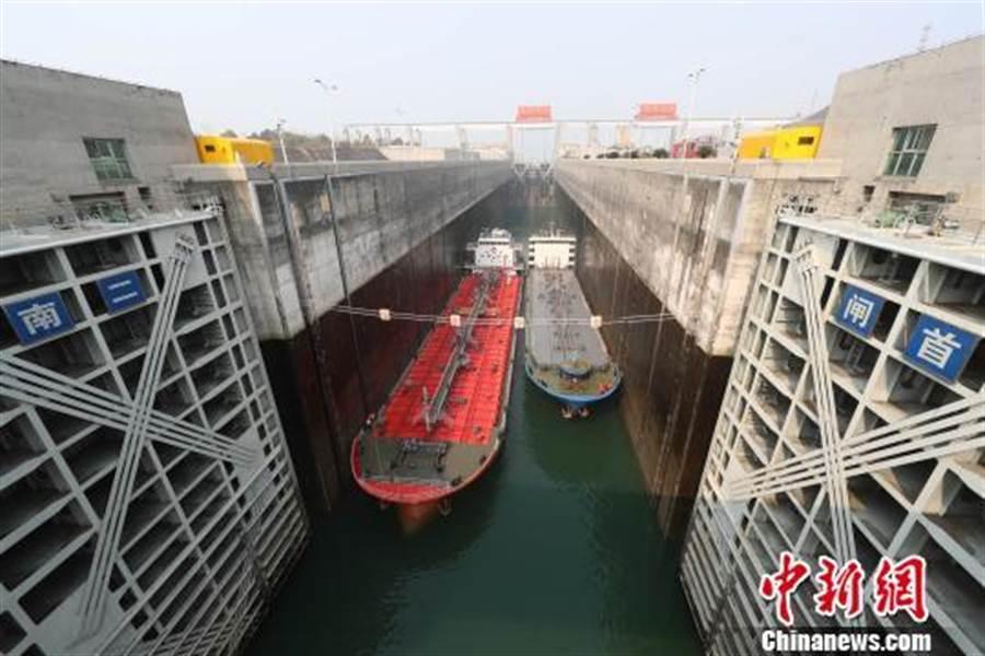 船舶有序通過長江三峽船閘。(取自中新網)