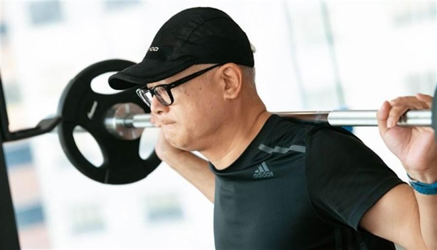 室內設計師王子亦重訓一年多,現在他能輕鬆舉起60公斤的槓鈴。(圖/林后駿)