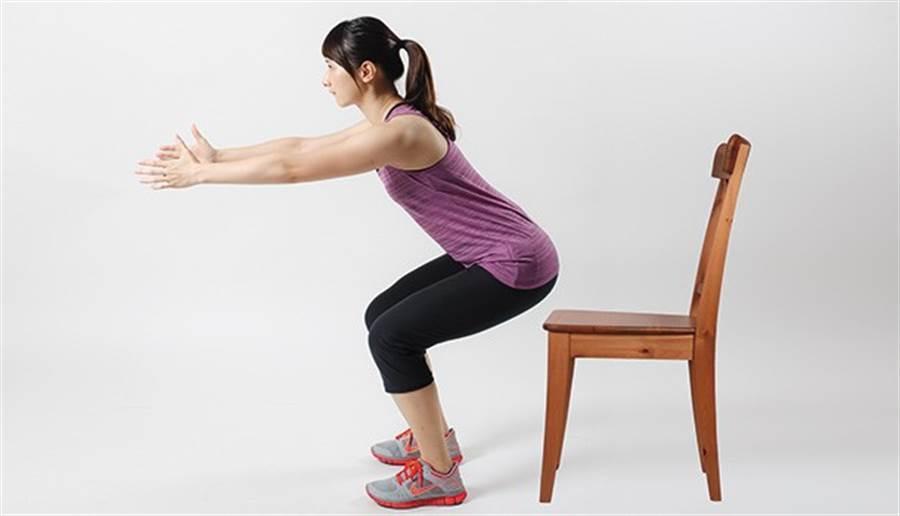 深蹲時放張椅子在屁股下即為低點支撐。(圖片來源:林后駿)