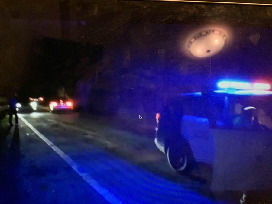 花蓮台8線慈航橋段發生落石意外,因天色昏暗與落石不斷,暫時封閉,警方也於現場以警車廣播,請雙向用路人原路折返,以免發生意外。(翻攝畫面/王昱凱花蓮傳真)