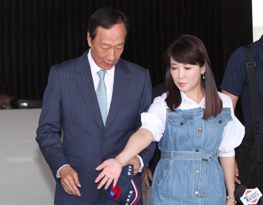 郭台铭(左)、蔡沁瑜。(图/资料照片,郑任南摄)