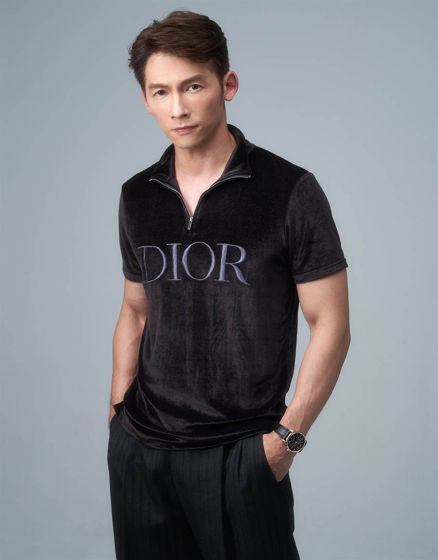 溫昇豪的精湛演技在華人圈有目共睹,近一年接下數檔好戲,佳評如潮,佩戴愛彼表年度主打款「CODE 11.59」腕表,豪氣干雲。(JOJ PHOTO攝,服裝提供/Dior Homme)