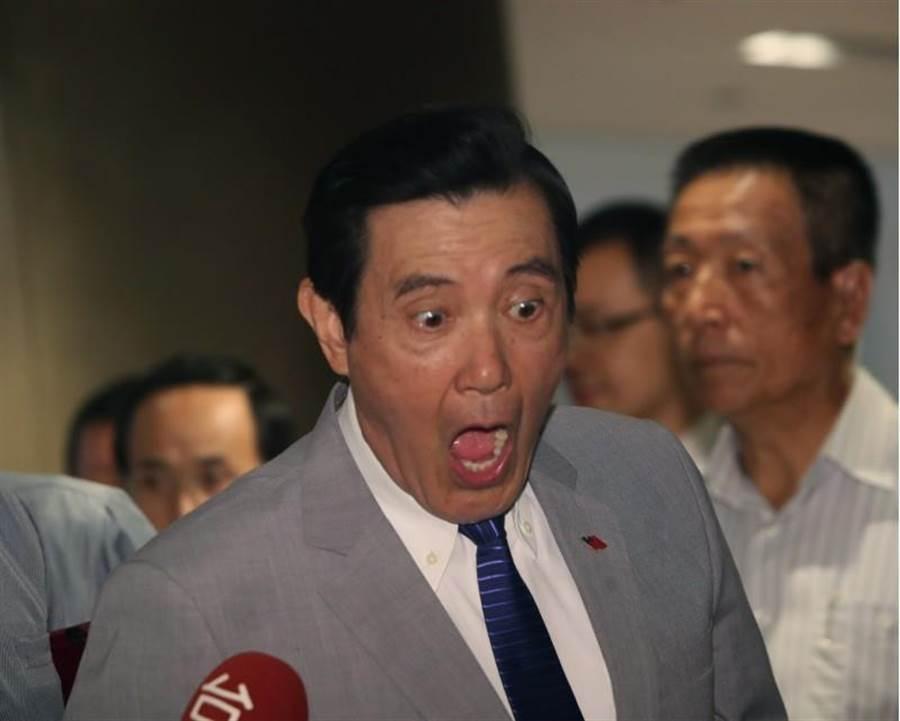 前總統馬英九15日出席台商秋節聯誼會,被問到曾聲淚俱下勸郭回頭嗎?馬張大嘴巴,還把眼睛瞪得大大的。(鄭任南攝)