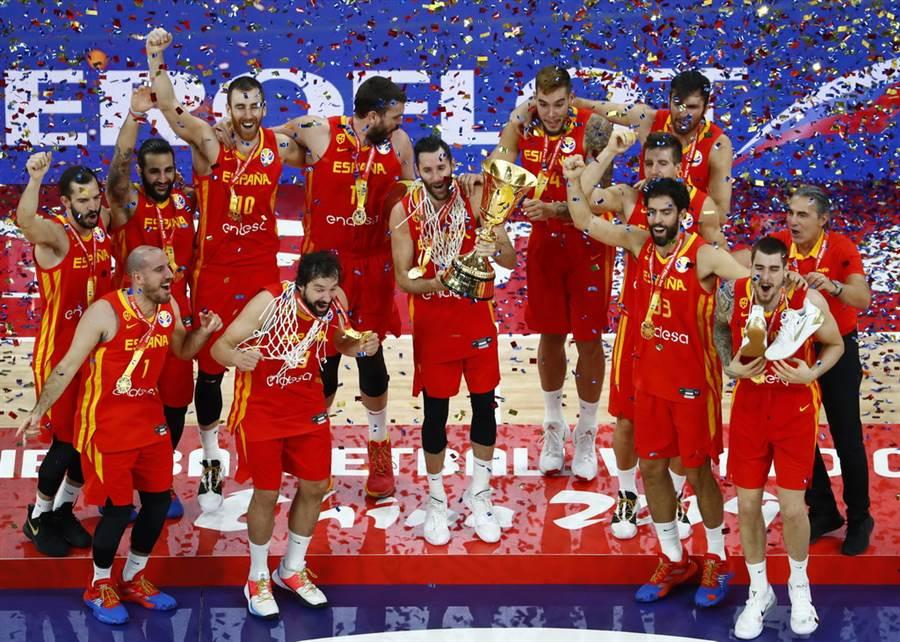 當冠軍彩帶拋出,西班牙全隊陷入瘋狂慶祝氣氛。(路透)