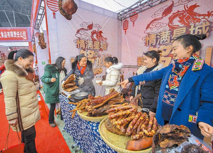 香腸、臘肉是春節必備的年貨。 (新華社)
