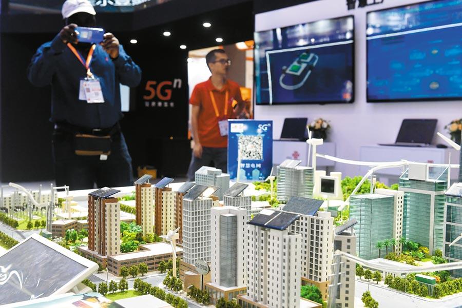 中美5G爭霸戰,中方處於領先地位,圖為9月9日在廈洽會展出的5G電網模型。(中新社)
