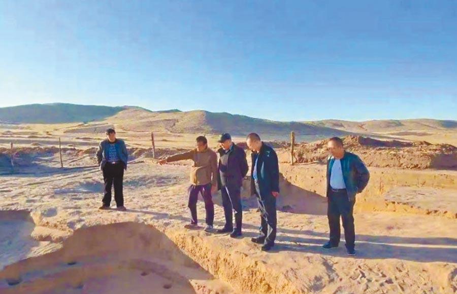 考古人員在四麻溝遺址進行調查。(取自《中國民族報》)