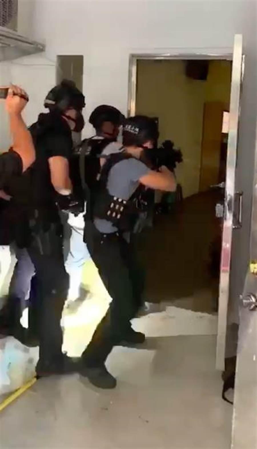 警方攻堅救出內湖擄人案其中1名被害人,並將盧姓等3人向法院聲請羈押禁見獲准。(翻攝照片/李文正台北傳真)