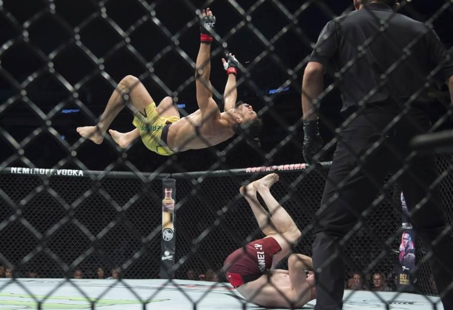 UFC拳手派瑞拉後空翻攻擊失敗。(美聯社資料照)