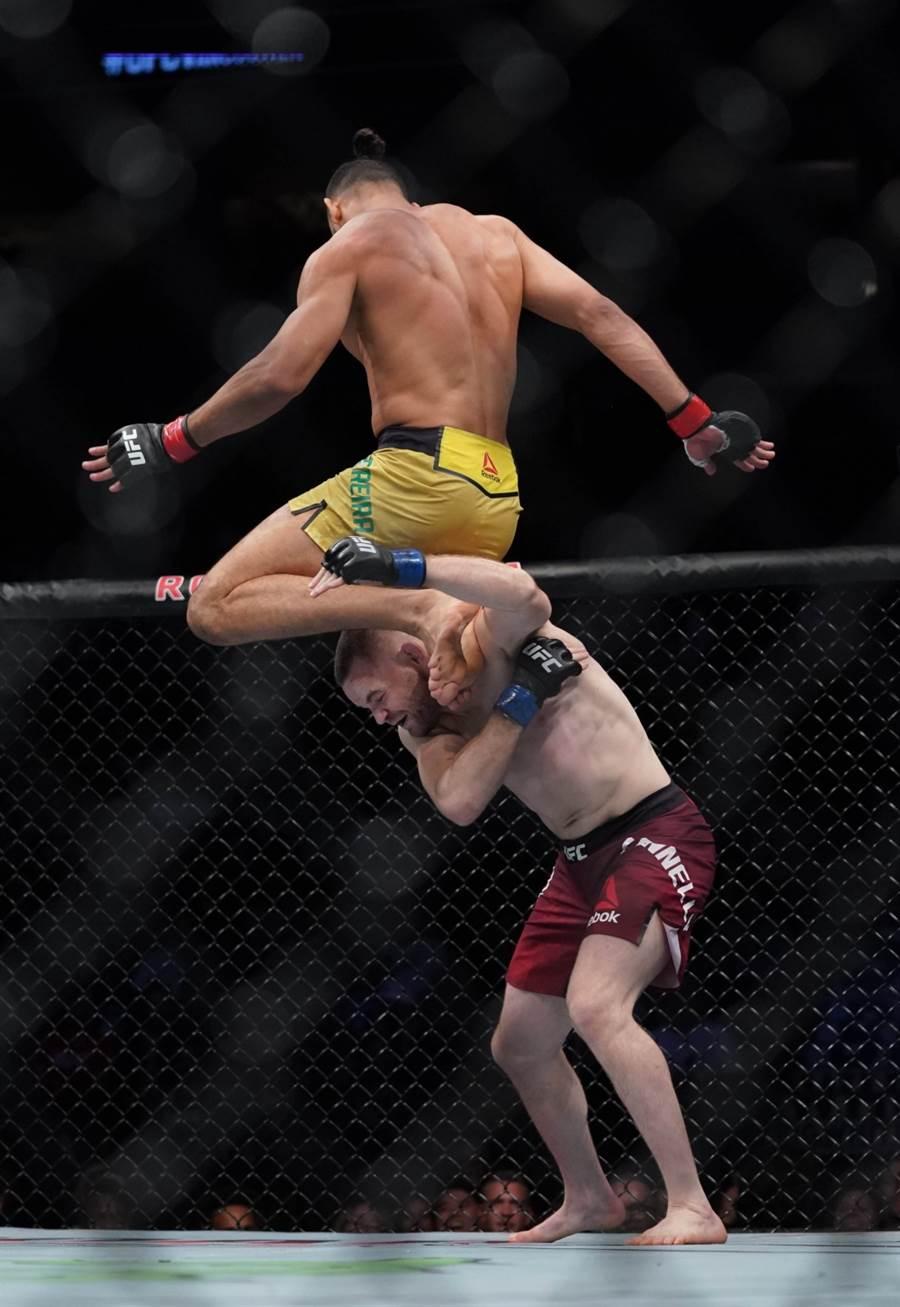 UFC拳手派瑞拉表演特技。(美聯社資料照)