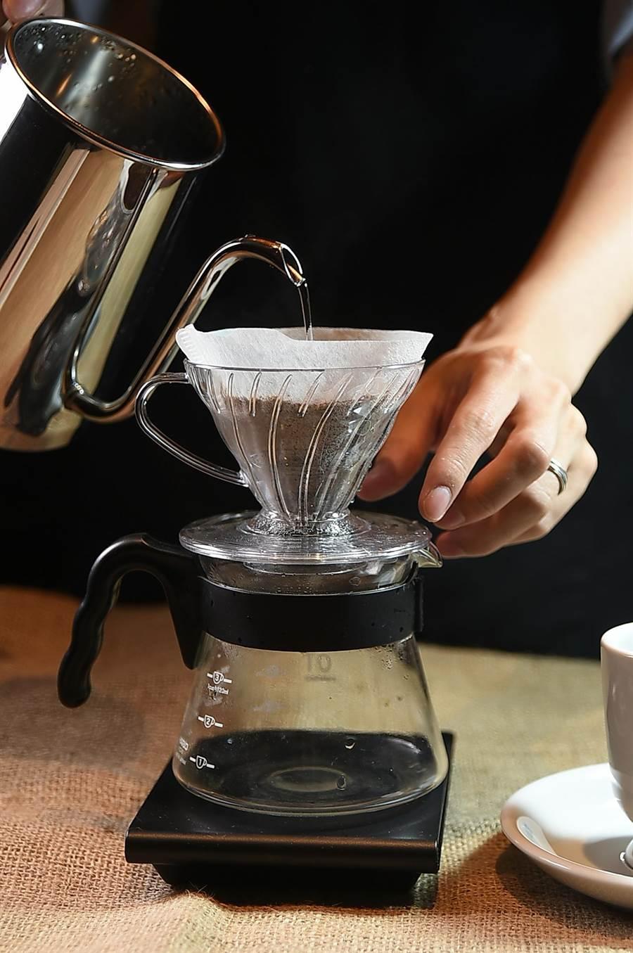 〈星乃咖啡店〉的咖啡標榜現點現磨,且杯杯手沖。(圖/姚舜)