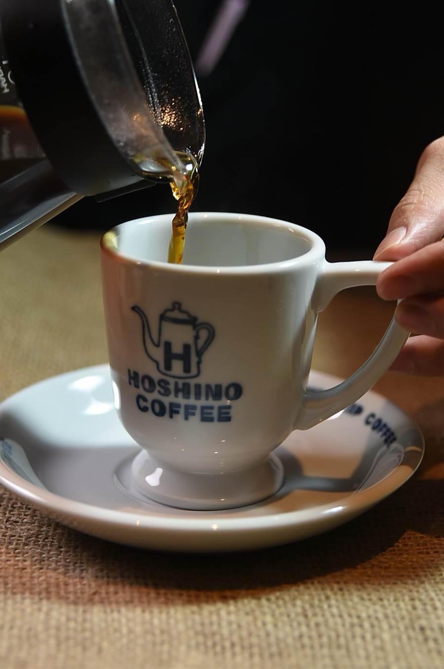 「手沖」(Hand Drip),最能品味精品咖啡的風味,〈星乃珈琲店〉標榜店內咖啡杯杯手沖。(圖/姚舜)