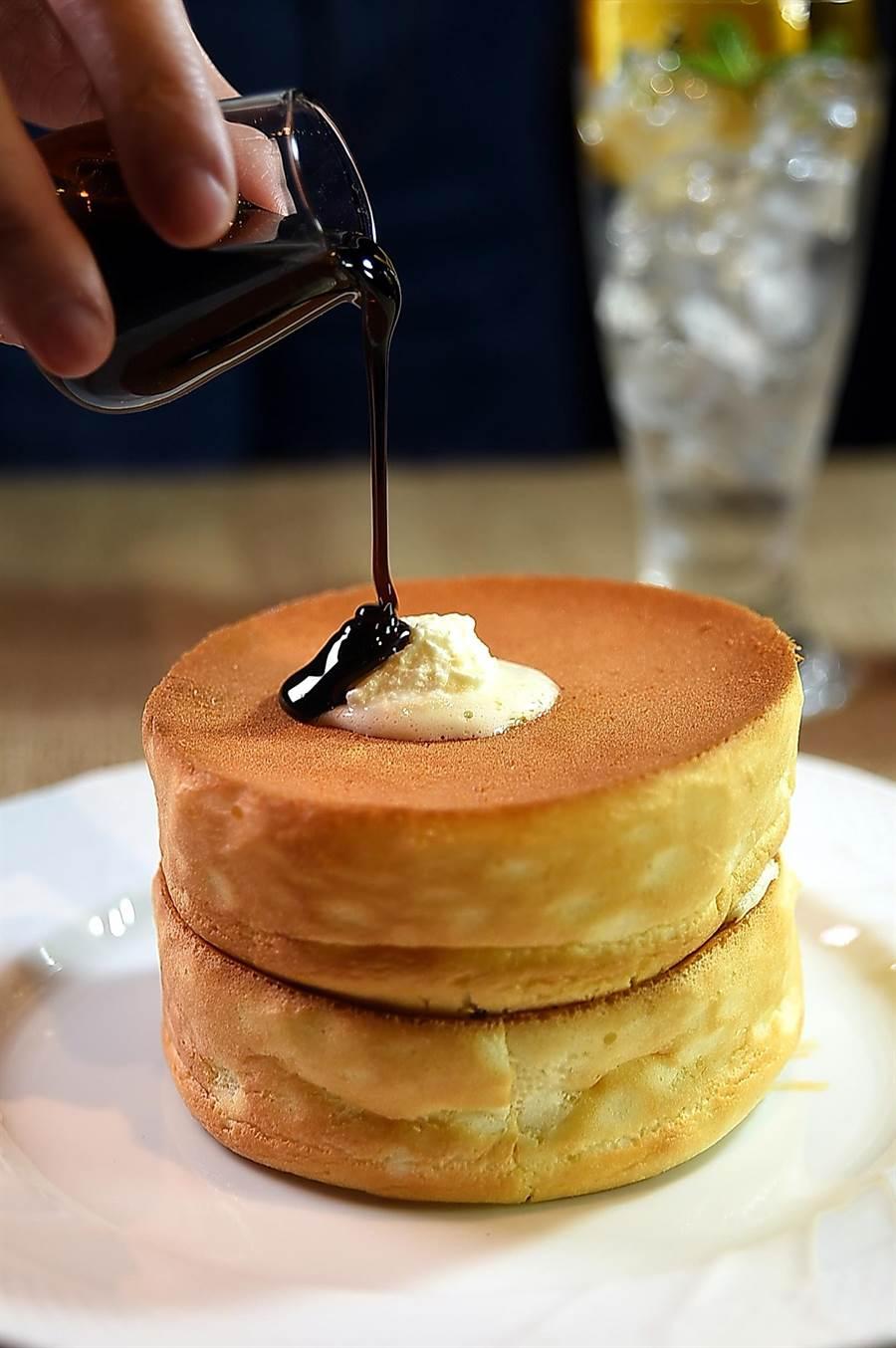 台灣〈星乃珈琲店〉的〈窯烤舒芙蕾熱蛋糕〉,高6公分、直徑約12公分,質地鬆軟輕柔,並有黑糖、楓榶與蜂蜜等3種口味選擇。(圖/姚舜)
