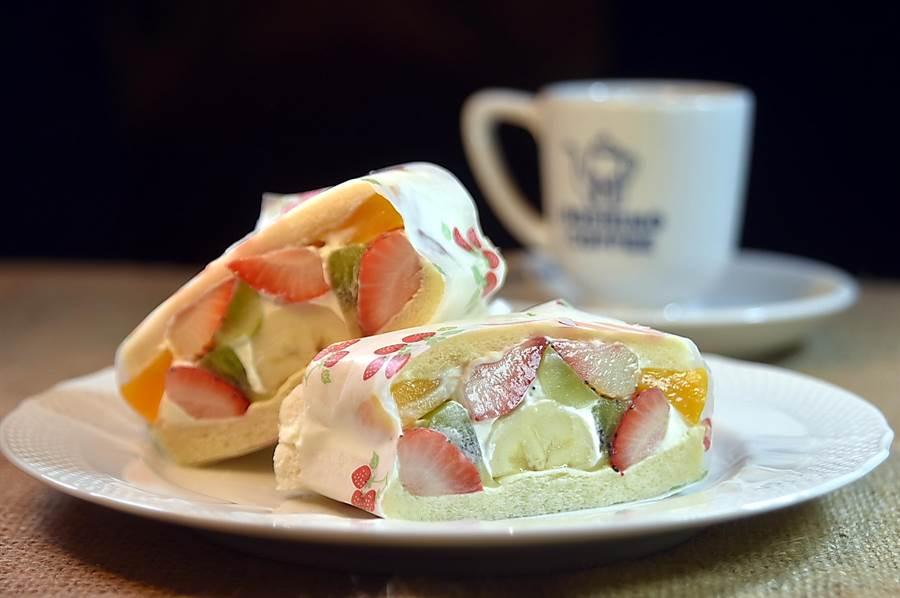 在〈星乃珈琲店〉可以點到用鮮奶油和新鮮水果入餡的〈水果三明治〉,且水果很豐富。(圖/姚舜)