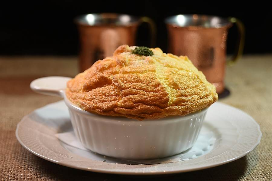 〈星乃珈琲店〉的〈舒芙蕾歐姆蛋焗飯〉表層的歐姆蛋充滿空氣感,質地非常輕柔澎鬆,蛋下則有「茄汁培根」或「勃根地牛肉」兩種焗飯,風味與口感都很好。(圖/姚舜)