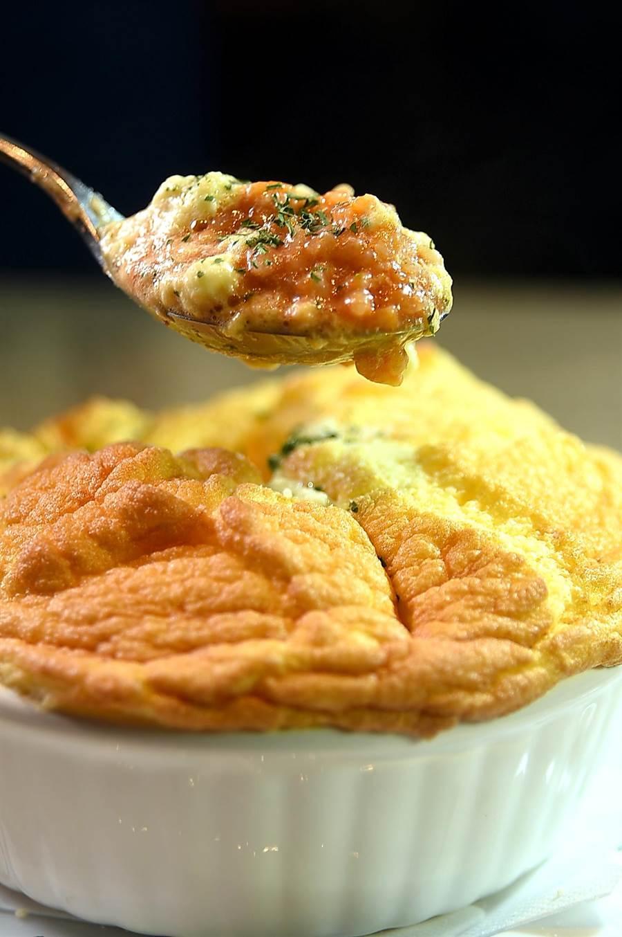 〈星乃珈琲店〉的〈舒芙蕾歐姆蛋焗飯〉,蛋下覆蓋的是舖著一層起司一起焗烤的焗飯。(圖/姚舜)