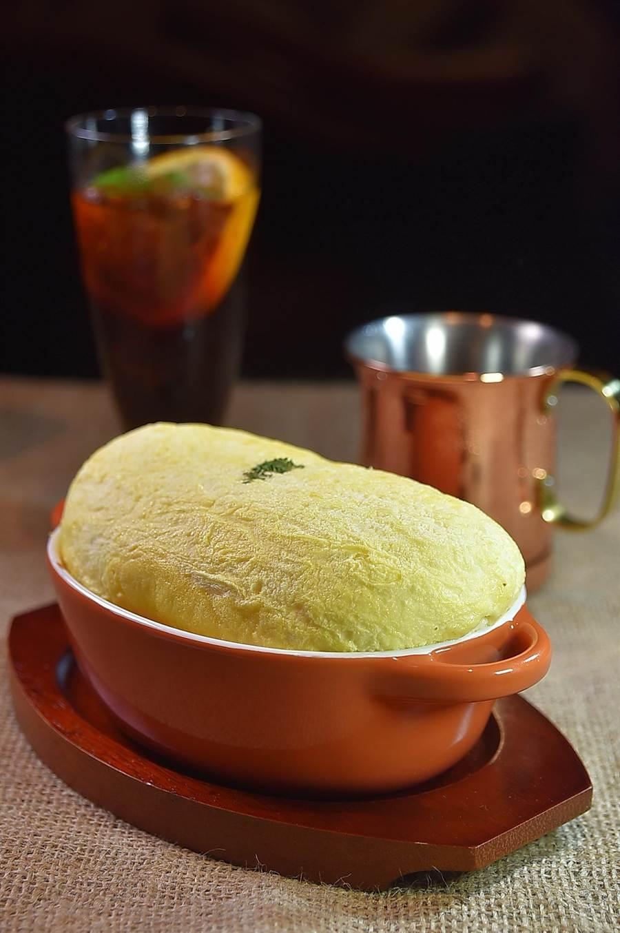 〈多蜜漢堡排舒芙蕾歐姆蛋焗飯〉表面是輕柔澎鬆的烘蛋,底下除有焗飯外還有一塊用美國牛肉絞肉作的漢堡排。(圖/姚舜)
