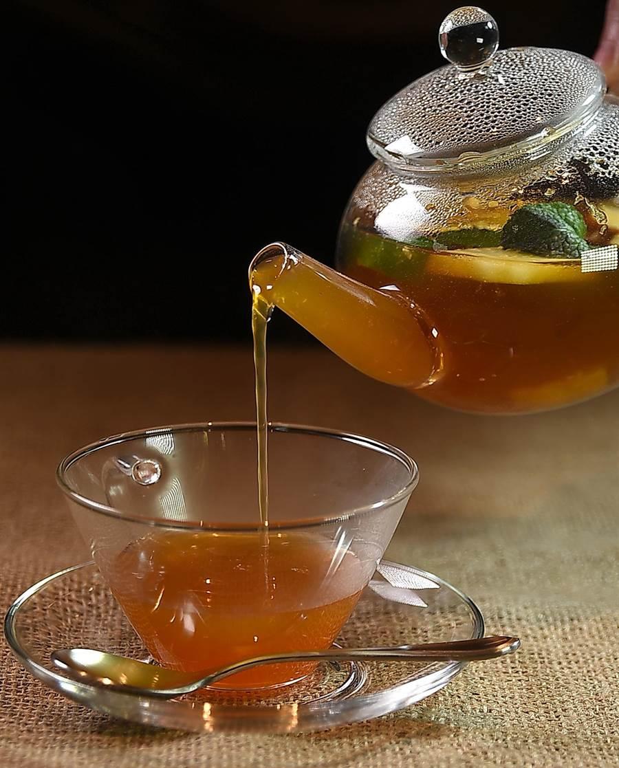 〈星乃珈琲店〉的〈水果茶〉,有點甜卻又不會太甜,保留了茶丹寧,也喝得得到水果甘甜,比例拿捏精準。(圖/姚舜)