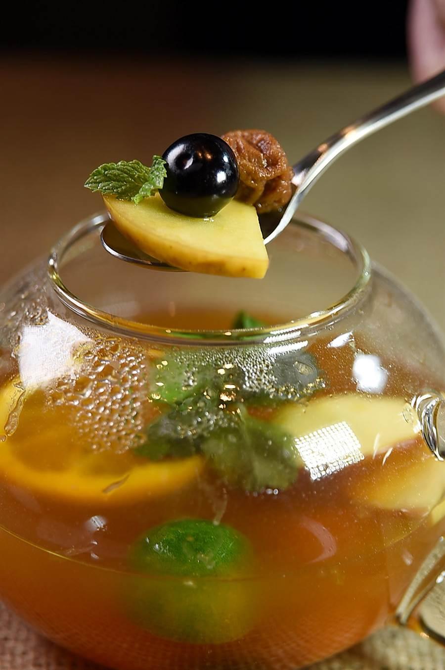 〈星乃珈琲店〉的〈水果茶〉,除有水果外並有一顆話梅,以話梅的鹹帶出水果的甘甜。(圖/姚舜)
