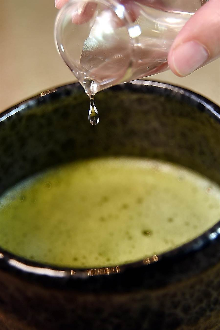 〈星乃珈琲店〉可以喝得到道地日本〈抹茶〉和〈抹茶拿鐵〉,怕有些人怕抹茶太澀,還準備了糖漿供客人自己調配。(圖/姚舜)