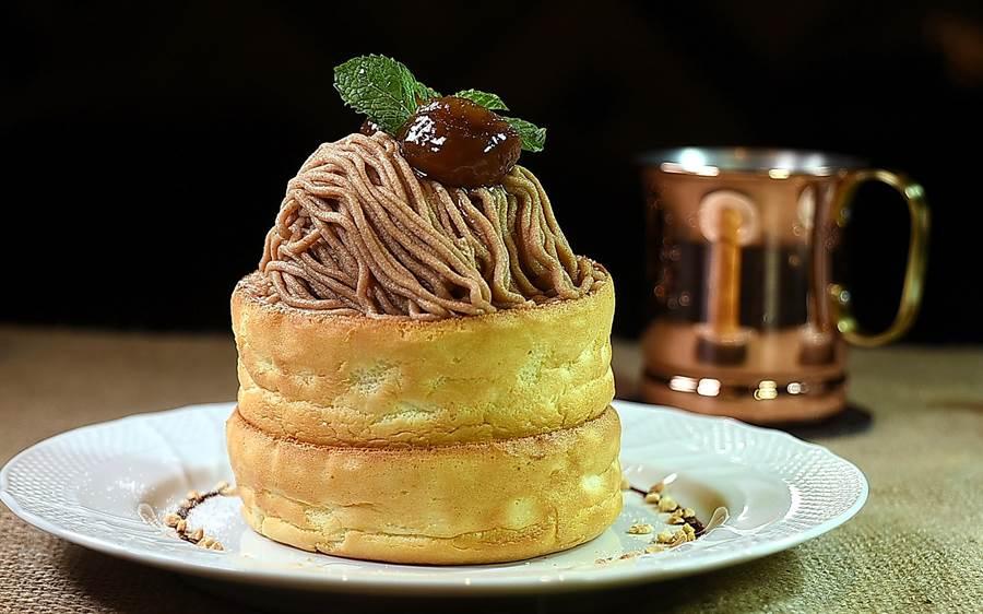 〈星乃珈琲店〉的〈栗子舒芙蕾熱蛋糕〉,將法國經典〈蒙布朗蛋糕〉與舒芙蕾鬆餅結合。蛋糕上的栗子泥是來自法國。(圖/姚舜)