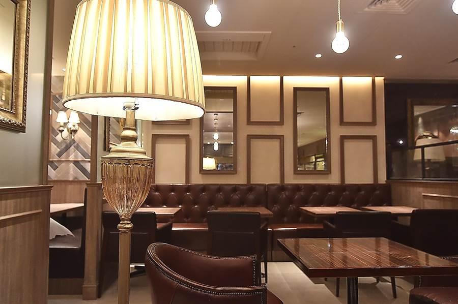 西洋式傢俱、立燈、溫暖黃色燈光,包覆式餐椅,以及老式皮沙發,〈星乃咖啡店〉的裝潢陳設帶著一股懷舊復古的「大正浪漫」風格。(圖/姚舜)