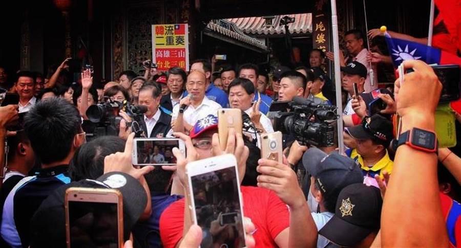 國民黨總統參選人韓國瑜台中拜廟行程首站南屯區萬和宮,受到上千民眾擁簇歡迎,凍蒜聲不斷。(圖/本報資料照,陳淑芬攝)