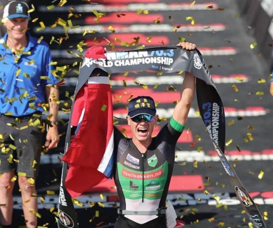 挪威三鐵選手艾登(Gustav Iden)奪冠,頭戴彰化「埔鹽順澤宮」帽子。(攝自Gustav Iden IG)